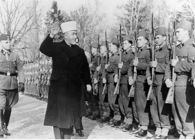 Der Großmufti von Jerusalem bei den bosnischen Freiwilligen der Waffen-SS. Der Großmufti schreitet die Front mit erhobenenm Arm ab. SS-PK-Kriegsber. Mielke