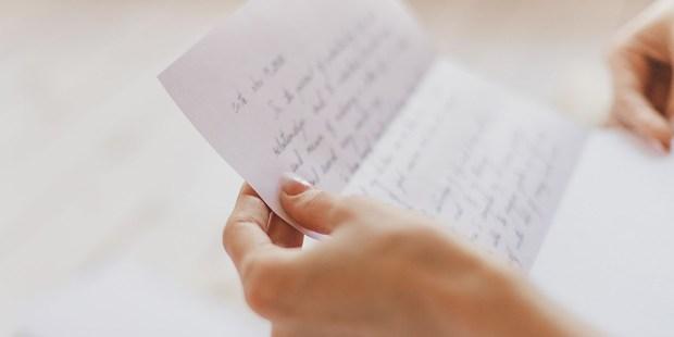 31 juillet : St Ignace de Loyola Web3-handwritten-letter-hands-woman-post-shutterstock_611511482-janna-golovacheva-ai1
