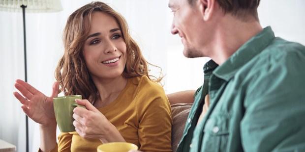 Votre conjoint est athée ? Faites cet exercice avec lui Web3-woman-man-talk-smile-couple-shutterstock