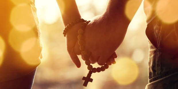 N'allez pas seul(e) au Paradis ! Web3-couple-praying-together-holding-rosary-in-hand-shutterstock_1176450760