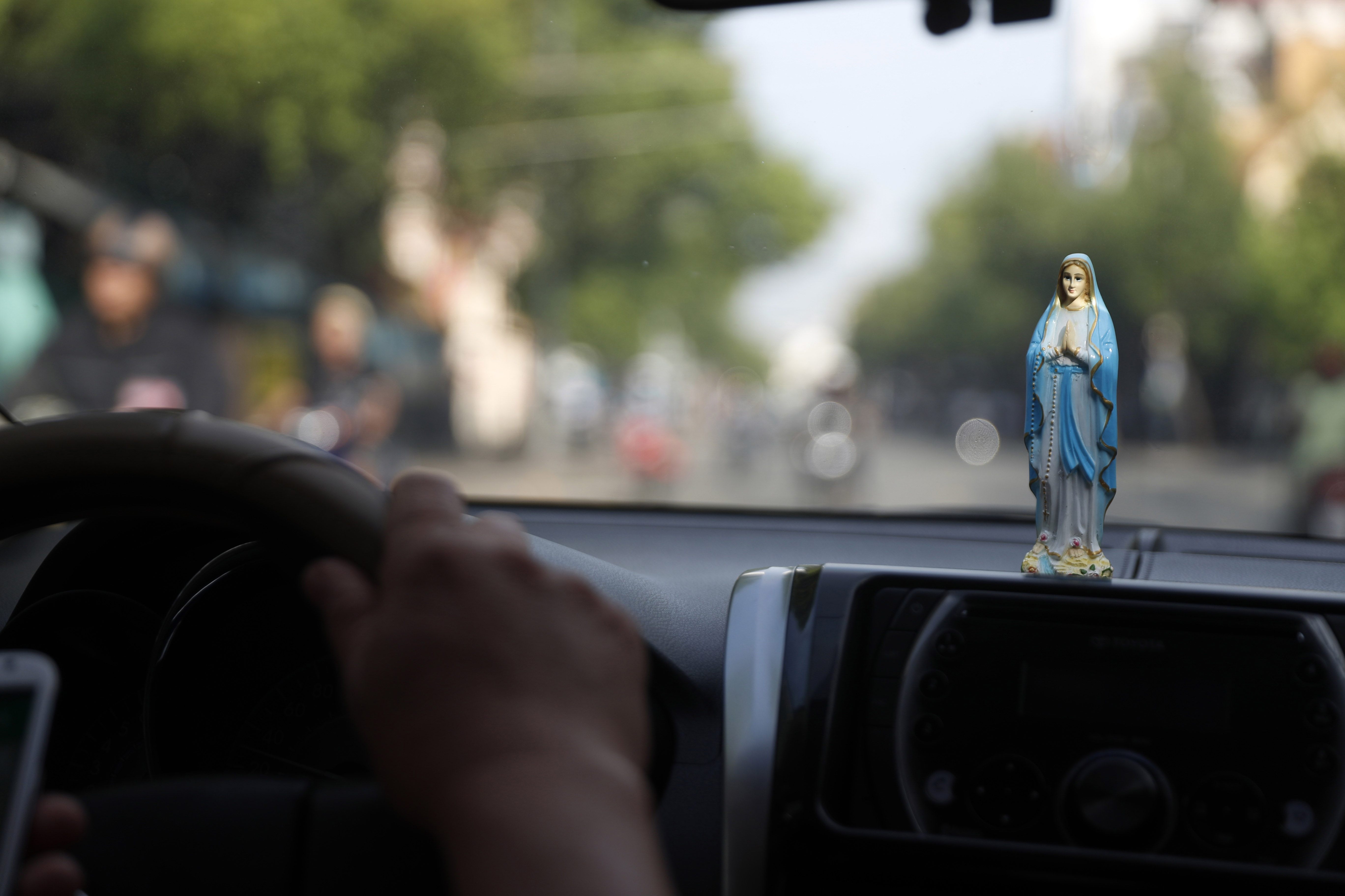 Statue Vierge Marie dans une voiture