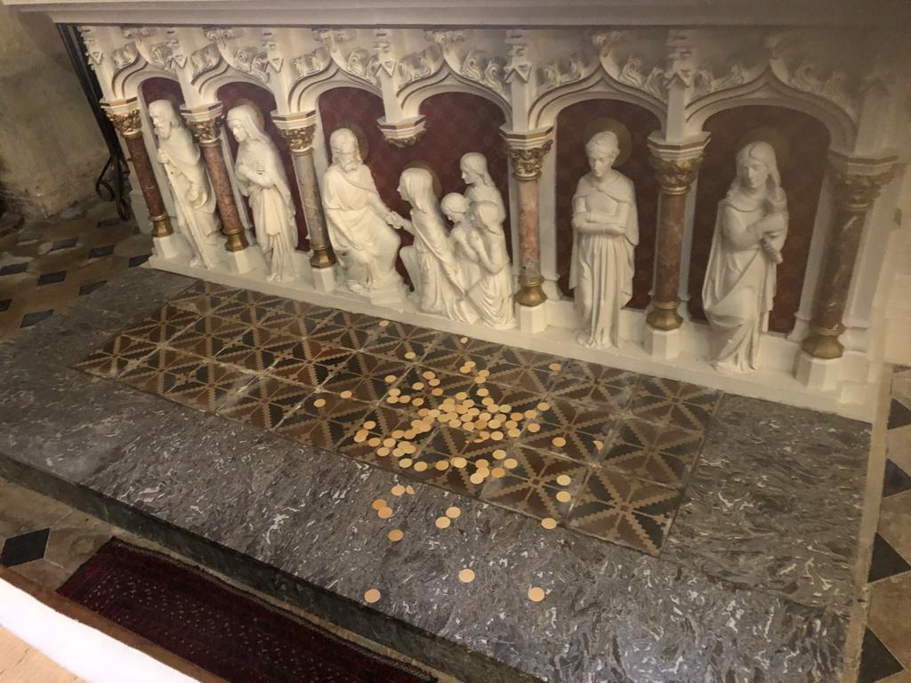 Des hosties ont été sorties du Tabernacle et jetées par terre.
