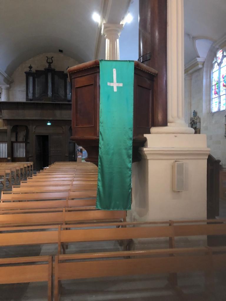 Une croix a été volontairement retournée au niveau de la chaire.