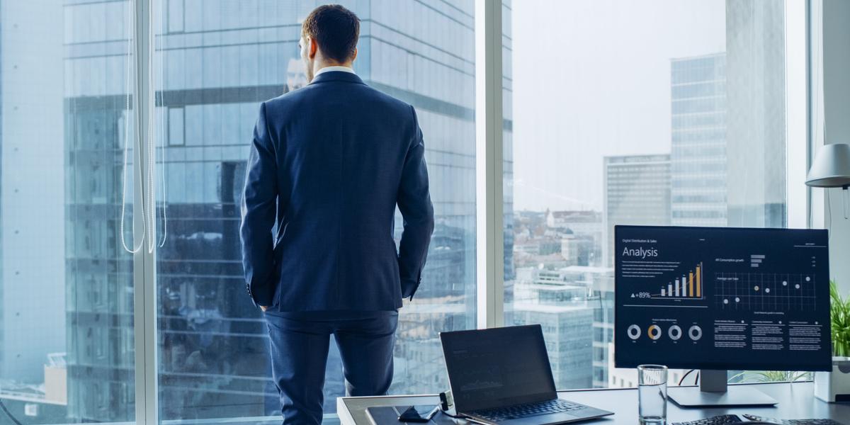 Businessman regardant par la fenêtre