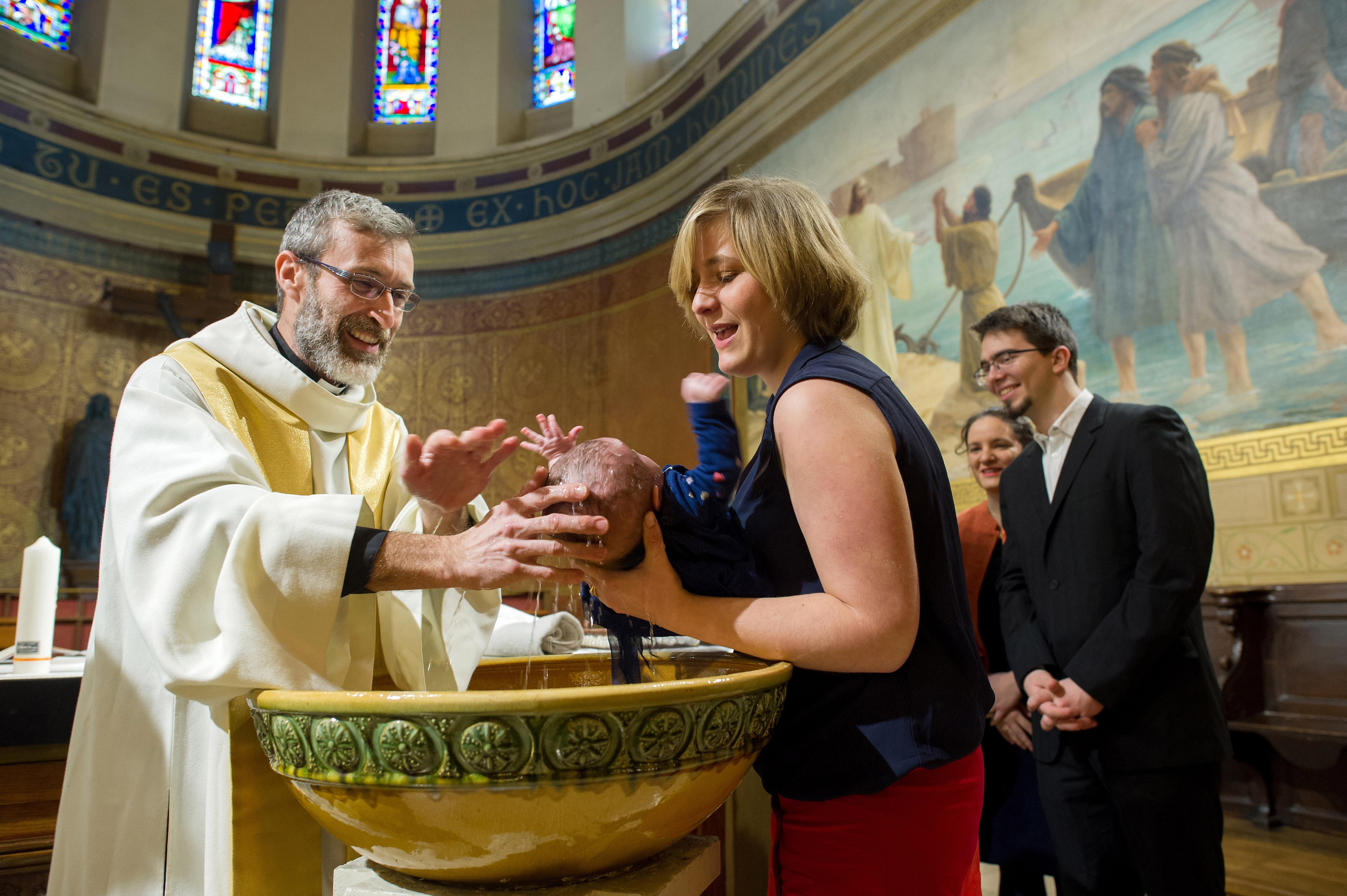Baptême : pourquoi la formule «Nous te baptisons» n'est pas valide