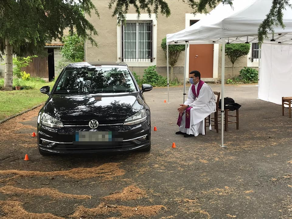 """A Limoges, le curé de la paroisse saint Jean Paul II et son vicaire proposent des confession en mode """"drive-in"""", sur un parking."""