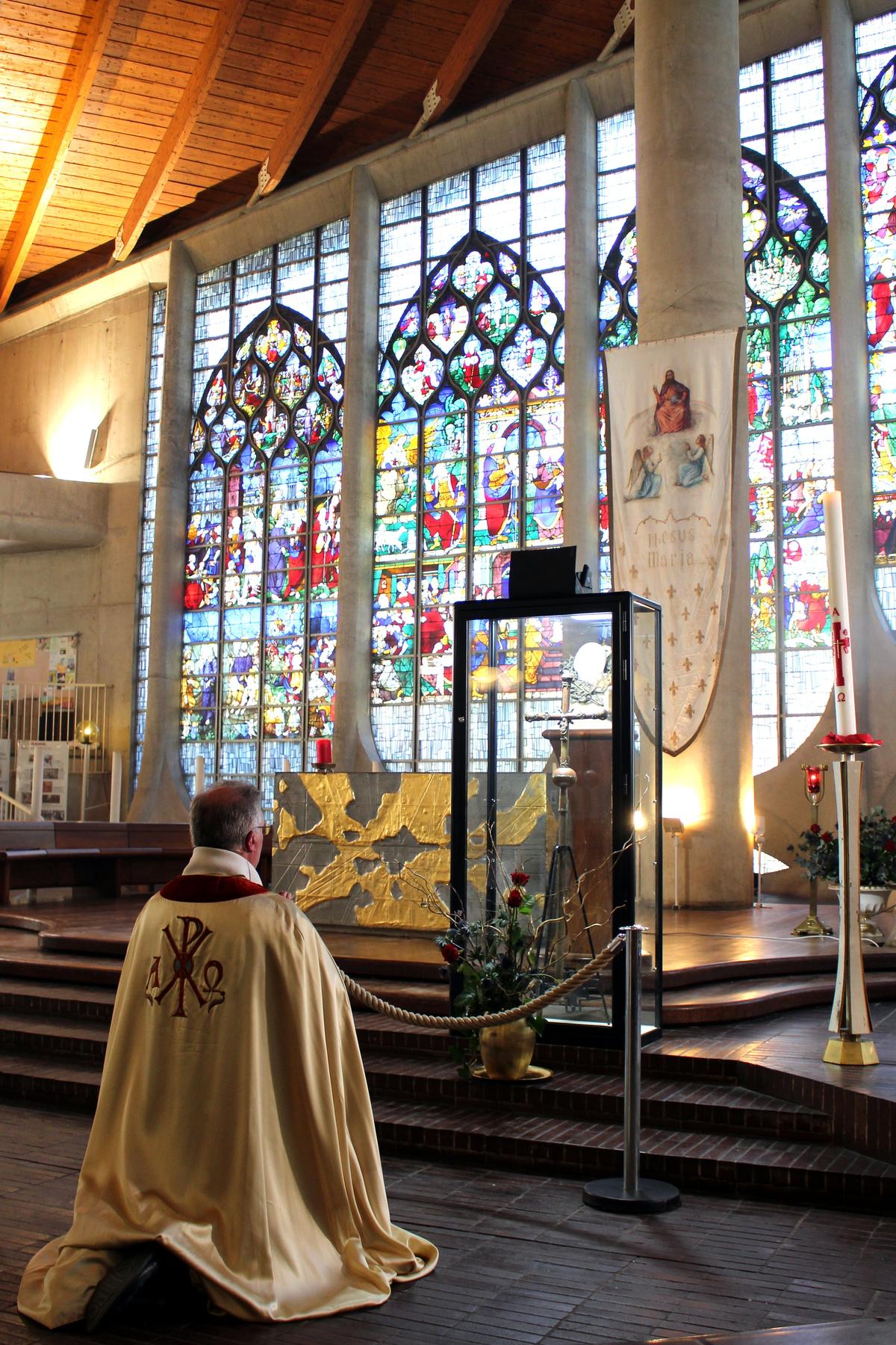 Jeanne d'Arc, la Sainte qui a obéi à Dieu pour sauver la France (Fête le 30 mai) (Vidéo - 3 min + La croix présentée à Jeanne d'Arc sur son bûcher sort de l'oubli) Croix-jeanne-arc-2