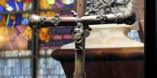 Jeanne d'Arc, la Sainte qui a obéi à Dieu pour sauver la France (Fête le 30 mai) (Vidéo - 3 min + La croix présentée à Jeanne d'Arc sur son bûcher sort de l'oubli) Croix-jeanne-arc-ok