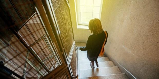 Le déconfinement a commencé : Une brève prière de protection à dire avant de sortir de chez soi Deconfinement-france-covid-home-pray-shutterstock_536777002