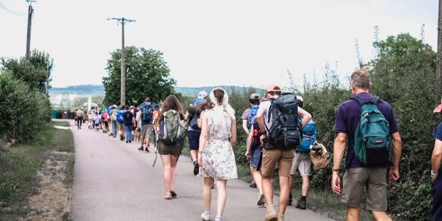Sur les routes de France, le « M de Marie » et ses milliers de pèlerins Corte%CC%80ge-des-pe%CC%80lerins-avec-beaucoup-de-jeunes