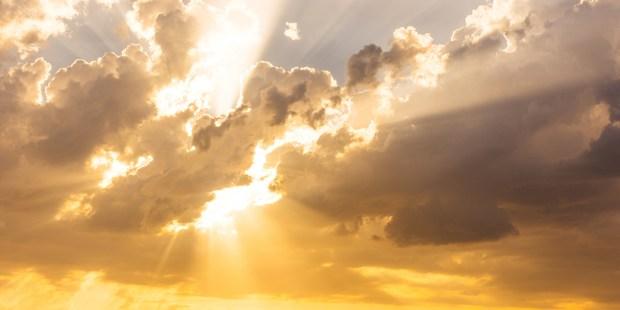 Le Ciel : Ultime récompense du chrétien ! Imaginez sa beauté ! - Page 5 WEB3-HEAVEN-SKY-CLOUDS-RAY-SUN-SUNSHINE-shutterstock_507277528