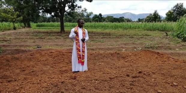 Nigeria : « C'est comme si on nous faisait mourir à cause de notre foi » Pere-Ebute-nigeria-AED-enterrement-e1601573047283